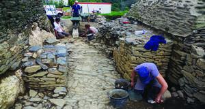 © R. Pérennec, Centre départemental d'archéologie du Finistère (CD29). - Entrée de l'enceinte basse, en cours de fouille, Château Roc'h Morvan à La Roche Maurice.