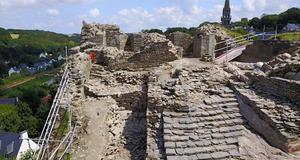 © R. Pérennec, Centre départemental d'archéologie du Finistère (CD29). - Escalier de l'enceinte basse, Château Roc'h Morvan à La Roche Maurice.