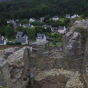 © R. Pérennec, Centre départemental d'archéologie du Finistère (CD29). - Tour d'angle en cours de fouille, Château Roc'h Morvan à La Roche Maurice.