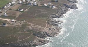 © C. Martin - Vue aérienne du site de Menez-Dregan à Plouhinec (Finistère).