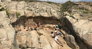 © A.-L. Ravon. - Vue d'ensemble de la grotte de Menez Dregan en cours de fouille en 2018.