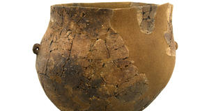 © S. Goarin, Centre Départemental d'archéologie du Finistère (CD29). - Céramiques à fond bombé apparentées à la « Culture Néolithique du Cerny ».<br />