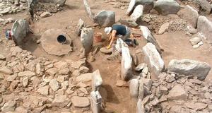 © M. Le Goffic, Centre départemental d'archéologie du Finistère (CD29). - Ensemble mégalithique du Souc'h en cours de fouille.<br />